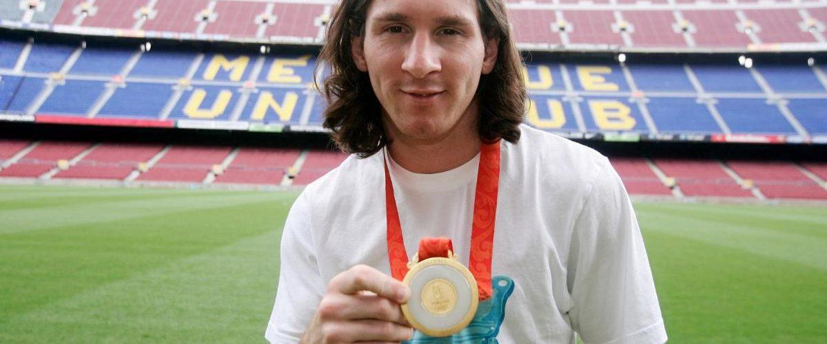 Messi muestra su Medalla de Oro de las Olimpiadas de Pekín